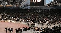 Η είσοδος των παικτών της ΑΕΚ για ζέσταμα και αποθέωση