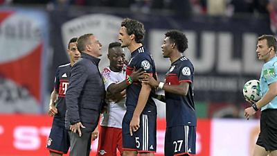ΑΠΙΣΤΕΥΤΟ: Ο αθλητικός διευθυντής της Λειψίας μπούκαρε στο γήπεδο για να δείξει στον διαιτητή μία φάση στο κινητό του!