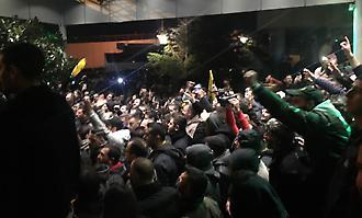 Χαμός έξω από το ξενοδοχείο της ΑΕΚ