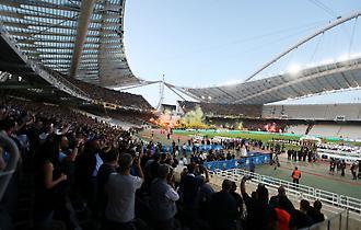 Η είσοδος ΑΕΚ και ΠΑΟΚ στον αγωνιστικό χώρο για τον τελικό Κυπέλλου