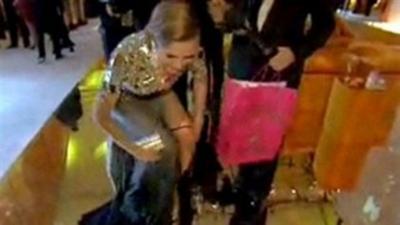 Έδωσε το εσώρουχό της στο δημοσιογράφο!