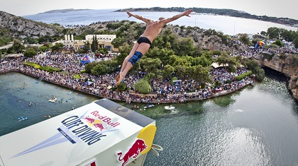 Red Bull Cliff Diving στη Λίμνη Βουλιαγμένης! (video)