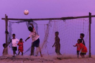FC: Πέτα τους μια μπάλα