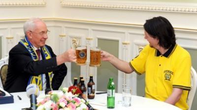 Κέρασε μπύρες τον… πρωθυπουργό!
