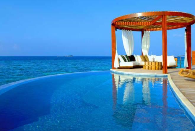 Η πισίνα του W Retreat & Spa Maldives.