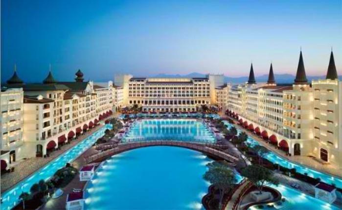 Απίστευτη η πισίνα του Mardan Palace Antalya.