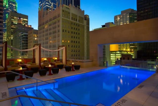 Το Joule Dallas με την πισίνα ανάμεσα στους ουρανοξύστες.