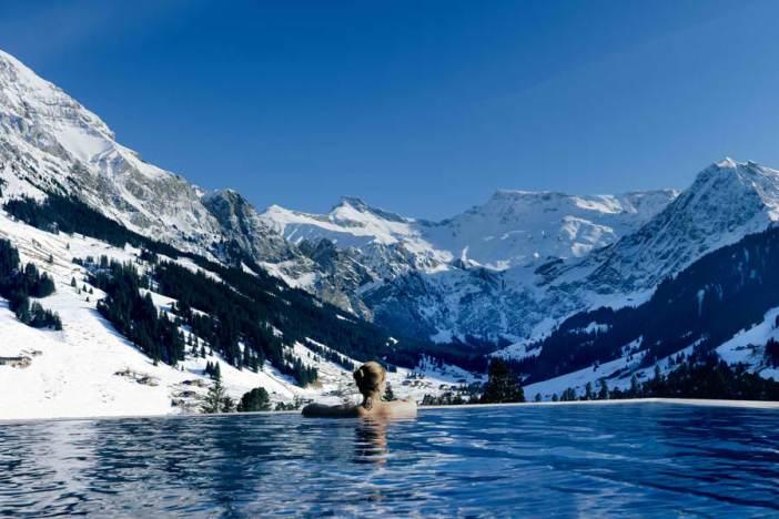 Στην πισίνα του Cambrian Adelboden με θέα τα χιόνια.
