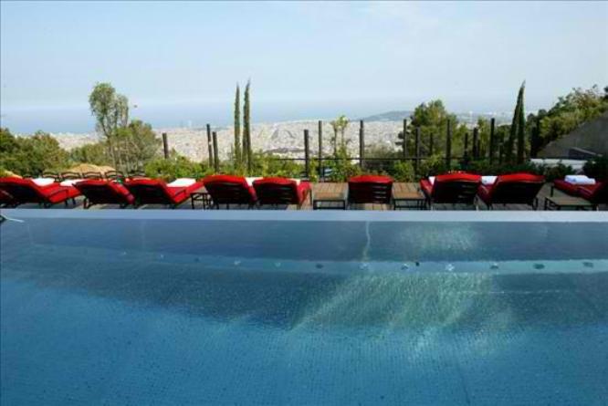 Απόλαυση στην πισίνα με θέα την πρωτεύουσα της Καταλονίας.