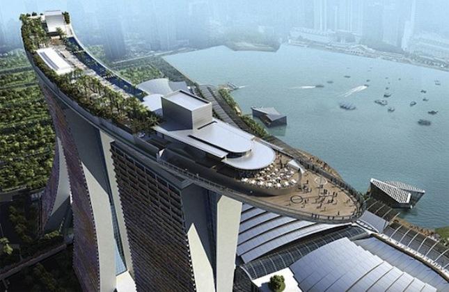 Θέα που... τρομάζει από την πισίνα στην ταράτσα του Marina Bay Sands Singapore.