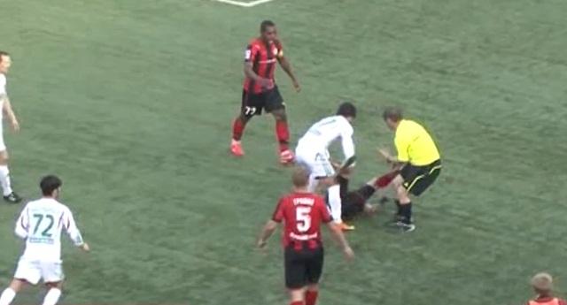 Eπίθεση… επόπτη σε ποδοσφαιριστή (video)
