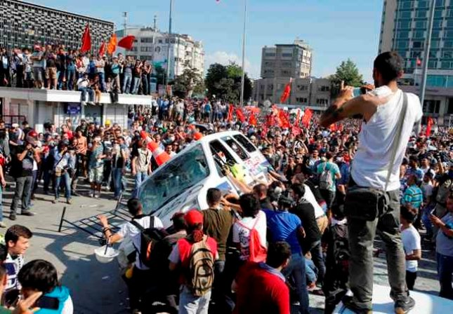 Κλίμα οργής στην πλατεία Ταξίμ