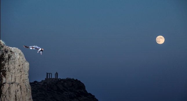 High diving στο αυγουστιάτικο φεγγάρι