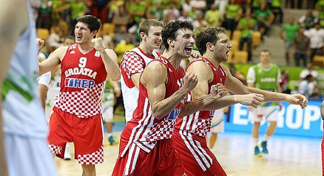 «Τρίποντη» πρόκριση για Κροατία