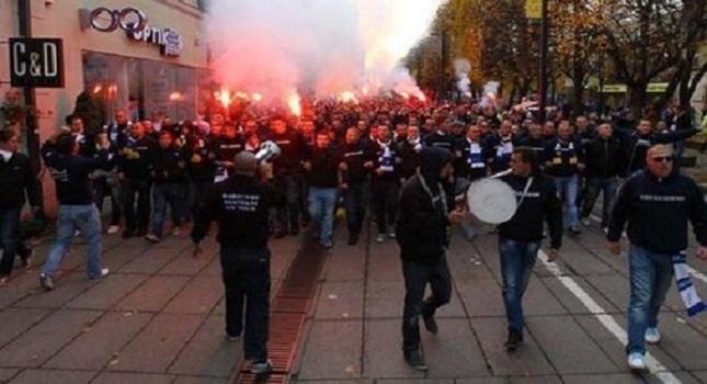 Χιλιάδες βόσνιοι στους δρόμους (pics)