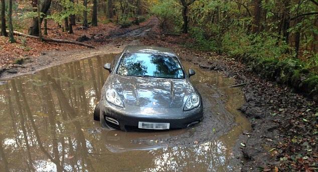 Βυθίστηκε στη λάσπη Porsche παίκτη της Λίβερπουλ