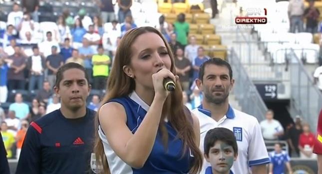 Τραγούδησε τον Εθνικό Ύμνο η Καλομοίρα (video)