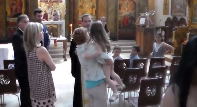 Ιερέας διέκοψε τη βάφτιση γιατί αρνήθηκε το παιδί!