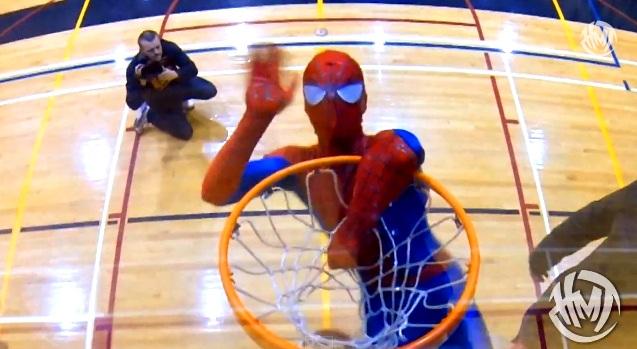 Ο Spider-Man καρφώνει σαν τρελός (video)