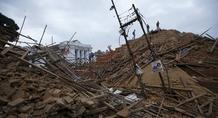 Ξεπέρασαν τους 2.400 οι νεκροί από το φονικό σεισμό στο Νεπάλ