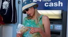 Βρετανικό ΥΠΕΞ: Αν ταξιδέψετε Ελλάδα, πάρτε μετρητά γιατί μπορεί να κλείσουν τα ΑΤΜ