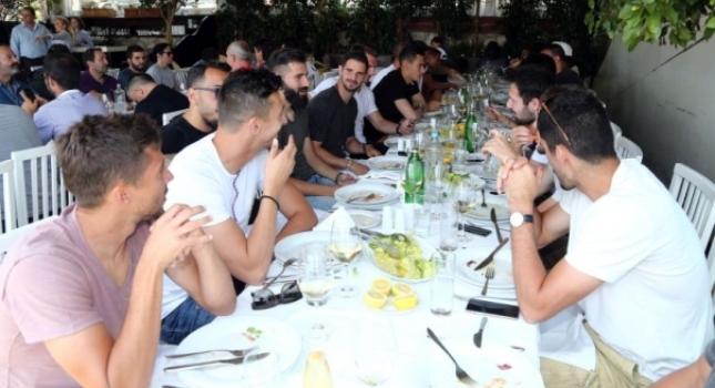 «Ερυθρόλευκο» γεύμα πριν τον τελικό