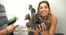 H Μις Ελλάς 2010 Μαντώ Γαστεράτου εξετάζει τη συλλεκτική έκδοση του Witcher 3