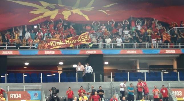 Αποδοκίμασαν τον ελληνικό ύμνο και προκάλεσαν με πανό οι Σκοπιανοί (video)