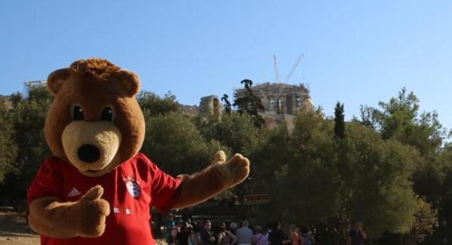 Η βόλτα της μασκότ της Μπάγερν στην Αθήνα