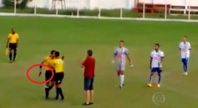 Διαιτητής τράβηξε όπλο στη διάρκεια αγώνα (video)