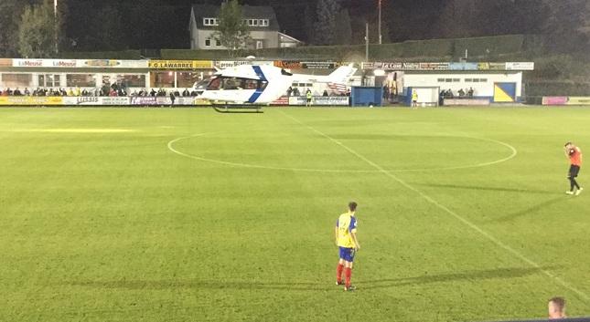 Ελικόπτερο προσγειώθηκε σε γήπεδο και διέκοψε αγώνα (video)