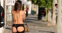 Πήγε για ψώνια με… γυμνά οπίσθια (pics)