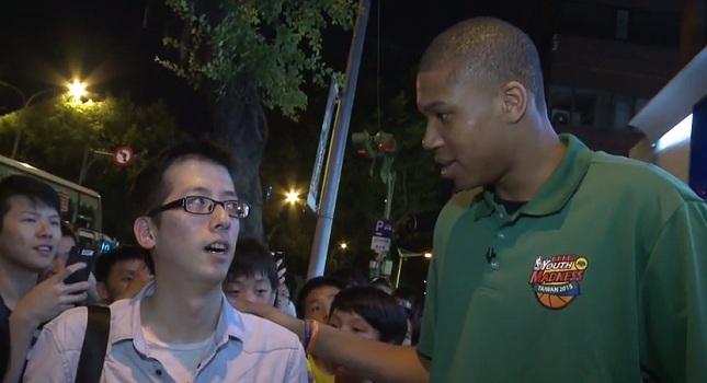 Ο Αντετοκούνμπο ψάχνει για… σουβλάκια στην Ταϊβάν! (video)