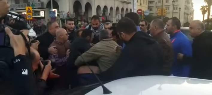 Πορεία Ποντίων: Εδειραν τον Ματθαιόπουλο και έναν βουλευτή της Χρυσής Αυγής (video)