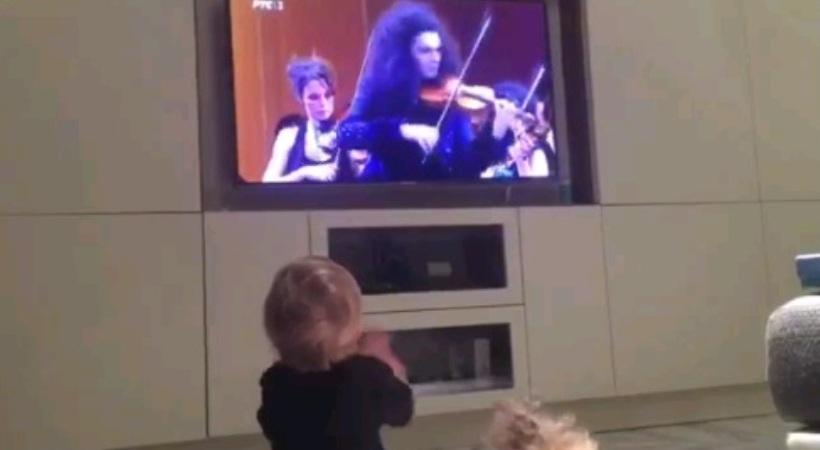 «Τρελαίνεται» με… βιολιά ο γιος του Τζόκοβιτς (video)