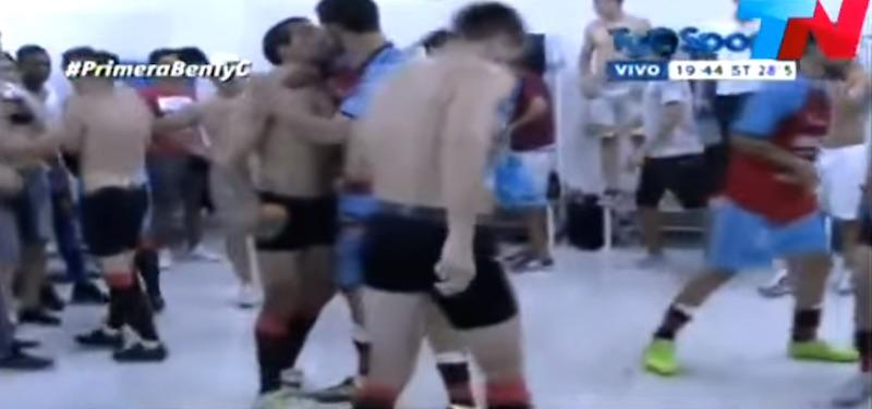 Ανέβηκε η ομάδα τους και φιλήθηκαν στο στόμα (video)