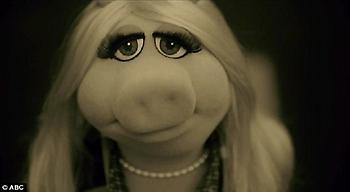 Η Μις Πίγκυ ερμηνεύει το «Hello» της Adele!