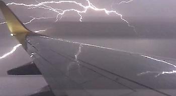 Δείτε σε βίντεο το τρομακτικό πέρασμα αεροσκάφους μέσα από ηλεκτρική καταιγίδα