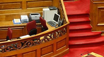 Όχι δύο, αλλά 16 οι υπάλληλοι της Βουλής με πλαστά πτυχία!
