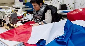 Ξεπουλάνε οι γαλλικές σημαίες -Ο Ολάντ ζήτησε από όλους τους πολίτες να βάλουν μία στο σπίτι τους