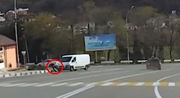 Βίντεο: Λάστιχο αυτοκινήτου παραλίγο να αφήσει στον τόπο ανυποψίαστο πεζό