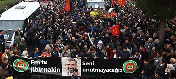 Λαοθάλασσα κατά Ερντογάν στην κηδεία του Κούρδου δικηγόρου