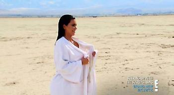 Γυμνή στην έρημο η Κιμ (pics)