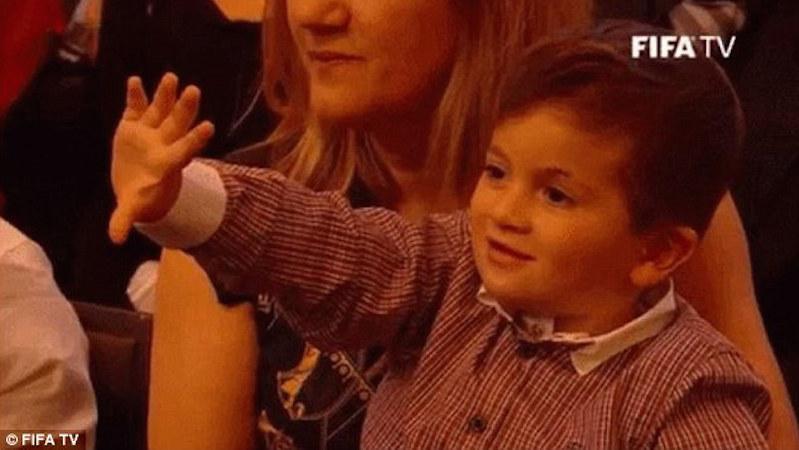 Τους κάνει πλάκα ο γιος του Μέσι για την πέμπτη Χρυσή Μπάλα (pics/video)