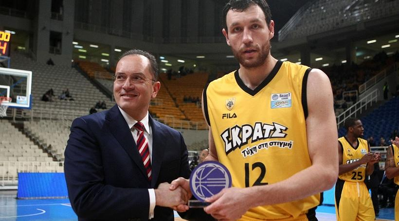 Υπόκλιση στον MVP Μαυροκεφαλίδη από τους συμπαίκτες του (video)