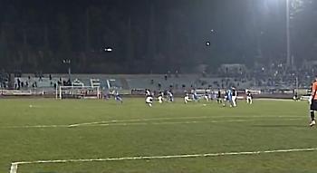 Φωτοβολίδα ευθείας βολής στη Λαμία - Δεν διακόπηκε το ματς!