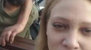 Απίστευτο βίντεο: Τραβάει αδιάφορη τη selfie της την ώρα που πίσω της γίνεται... χαμός!