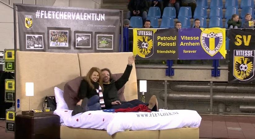 Ζευγάρι είδε αγώνα στην Ολλανδία από κρεβάτι μέσα στο γήπεδο (video)