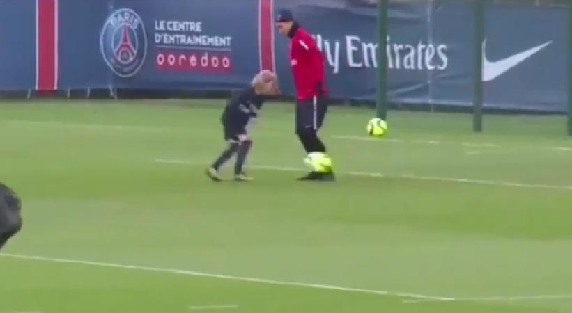 Η «ποδιά» στον Ιμπραΐμοβιτς από το γιο του (video)