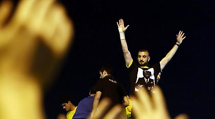 Τα χέρια του Αραβίδη με τους οπαδούς της ΑΕΚ από την οροφή του πούλμαν! (video)